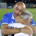 Carmine Esposito abbraccia il padre (foto Empolichannel.it)